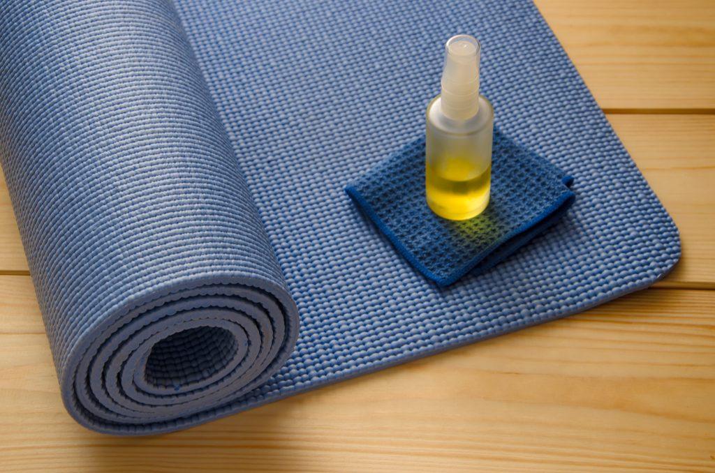 Как да почистите вашата постелка за йога?