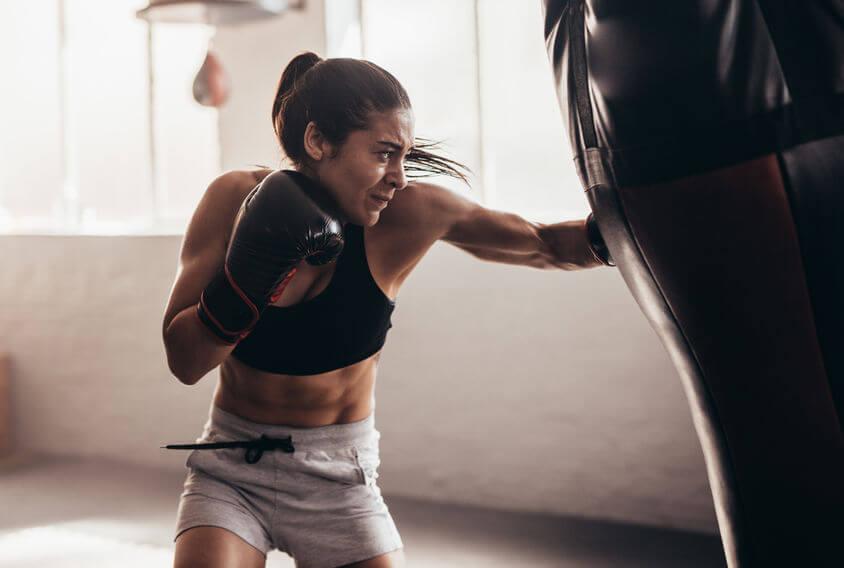 момиче тренира в залата