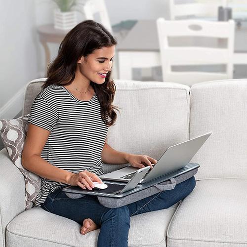 Момиче работи на преносим компютър