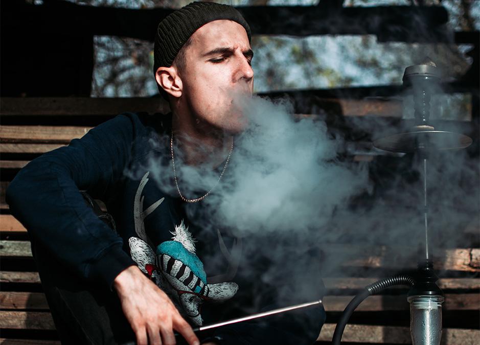 мъж пуши наргиле